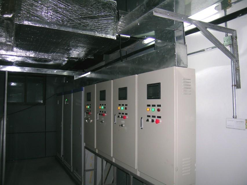 中央空调的自动控制方案 随着社会的发展,人们对生活与工作环境的要求越来越高,中央空调系统被广泛运用在工业及民用建筑中。为使系统既能高效、经济地运行,又能达到一定的精度,中央空调一般采用自动控制方式。 1空调系统的精度控制 空调系统的精度取决于空调系统本身及自动控制两个方面。空调系统本身主要是冷、热总量要能保证系统的要求;自动控制则动态保证温度与湿度的要求,从硬件和软件两方面来加以保障。 硬件方面,可选用精度高、性能稳定的温、湿度传感器与控制器匹配,同时响应速度要快,使测量值与设定值的偏差在很小的范围内让